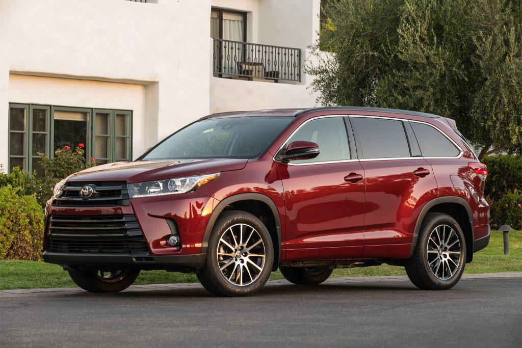 2017-Toyota-Highlander-SE-front-three-quarter-02